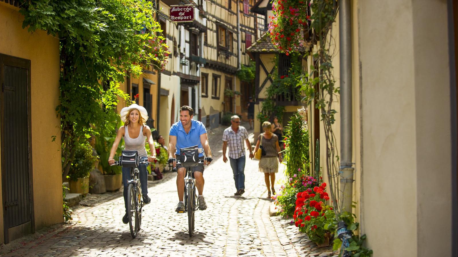Balade à vélo dans un village typique